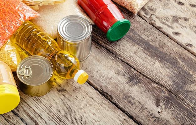 Lebensmittellieferung oder spendenbox während der covid-quarantäne. kontaktlose lieferung nach hause, sicheres einkaufen bei coronavirus-pandemie. essensset für die lieferung nach hause.