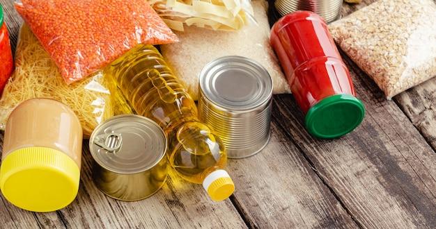 Lebensmittellieferung oder spendenbox während der covid-quarantäne. kontaktlose soziale hauslieferung essensset