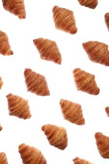Lebensmittelmuster mit frisch gebackenen hausgemachten köstlichen croissants auf einem weißen hintergrund.