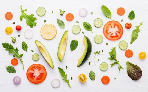 Lebensmittelmuster mit rohen bestandteilen der salatebenenlage