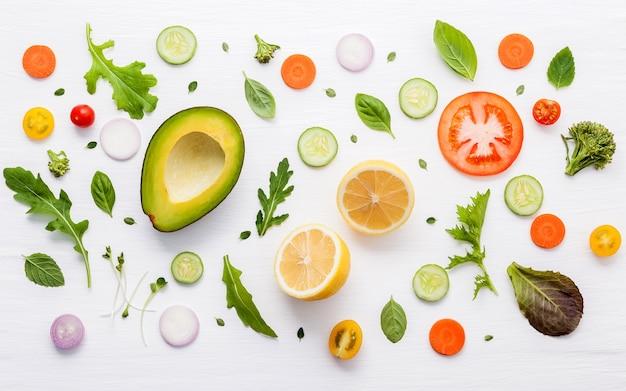 Lebensmittelmuster mit rohen bestandteilen des salats
