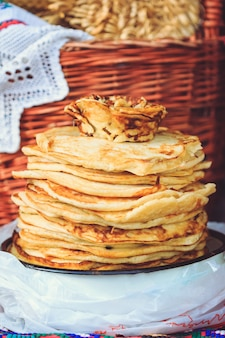 Lebensmittelpfannkuchen für den feiertag maslenitsa in weißrussland