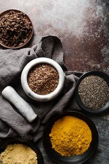 Lebensmittelpulver und samen in schalen