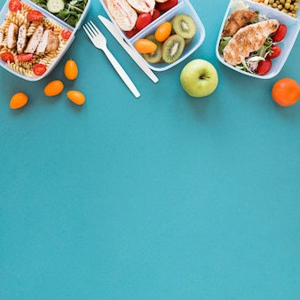 Lebensmittelrahmen mit blauem hintergrund