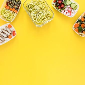 Lebensmittelrahmen mit gelbem hintergrund