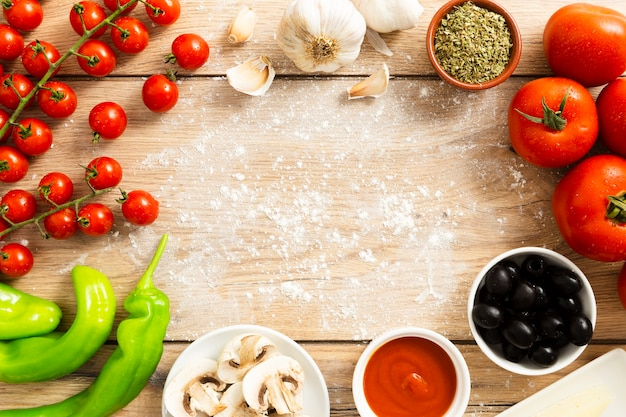 Lebensmittelrahmen mit tomaten und oliven