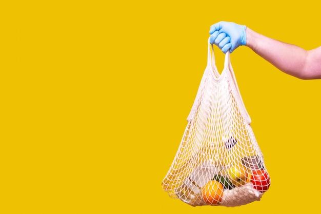 Lebensmittelspenden in medizinischen handschuhen helfen