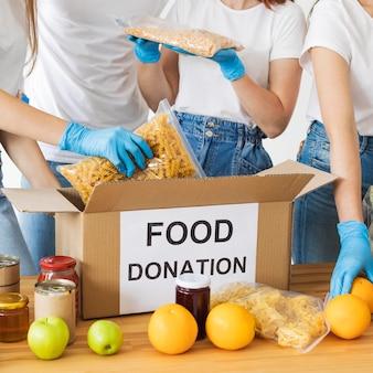 Lebensmittelspendenbox, die von freiwilligen vorbereitet wird