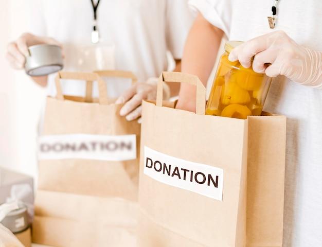 Lebensmittelspendentaschen werden vorbereitet