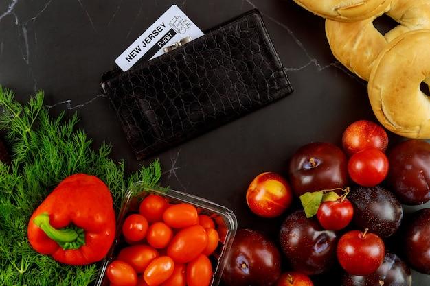 Lebensmittelstempelkarte oder ebt-karte mit lebensmittelgeschäft. hilfe bei pandemie oder covid-19.