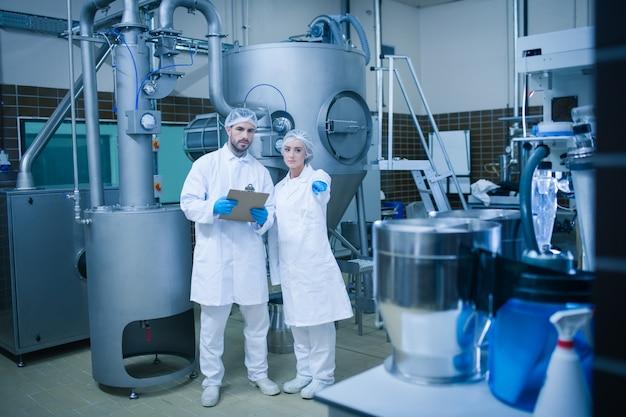 Lebensmitteltechniker, die in einer lebensmittelverarbeitungsanlage zusammenarbeiten
