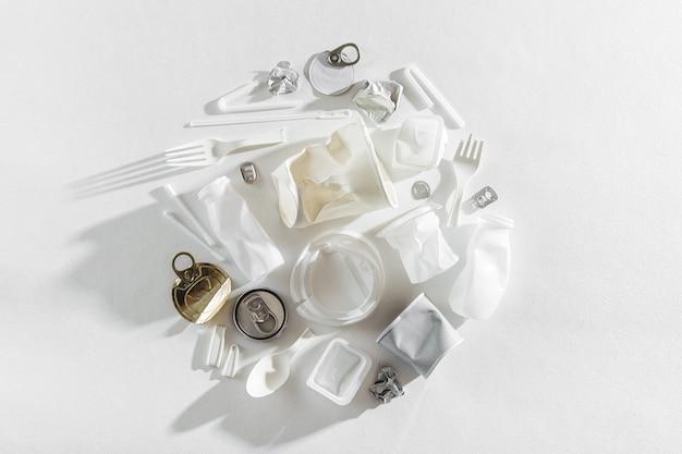 Lebensmittelverpackungen aus kunststoff auf weißem hintergrund. konzept des recyclings von kunststoff und ökologie. flache lage, ansicht von oben