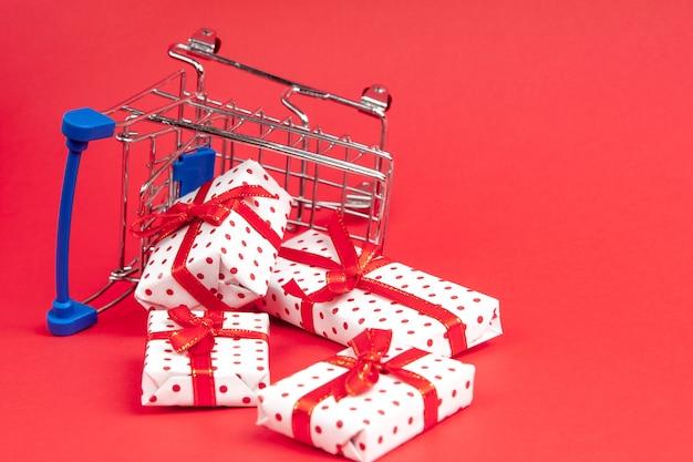Lebensmittelwagen voller geschenke mit kopienraum. konzept für weihnachten, feiertage, rabatte und einkäufe.