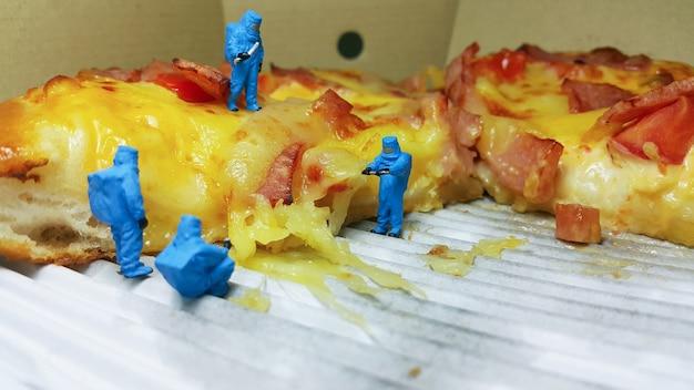 Lebensmittelwissenschaftler qualitätssicherung pizza test produktion mikrobiologie miniatur menschen