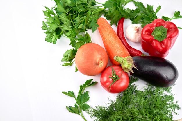 Lebensmittelzusammensetzung. saisonales gemüse und gemüse auf einem weißen tisch. draufsicht, flach liegen