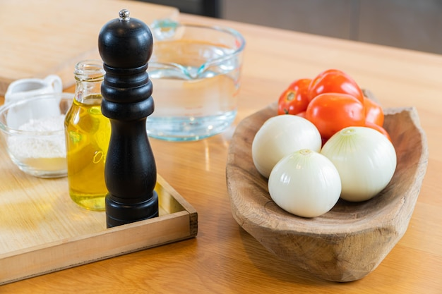 Lebensmittelzutaten auf dem eichentisch nahaufnahme schuss