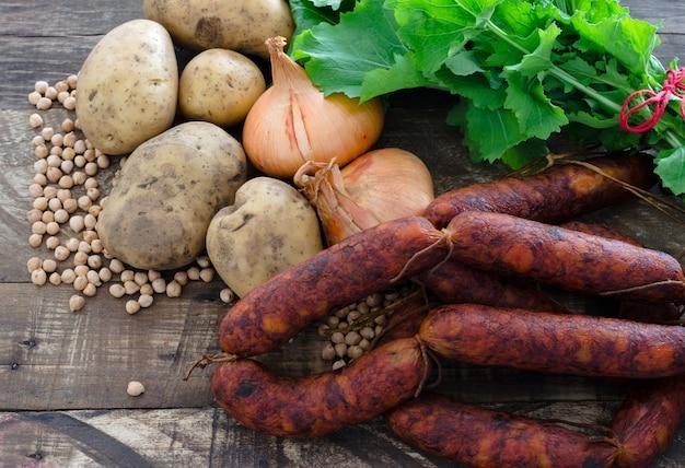 Lebensmittelzutaten, chorizos, kartoffeln, zwiebeln, kichererbsen und rüben.