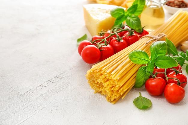Lebensmittelzutaten für italienische nudeln auf weiß.