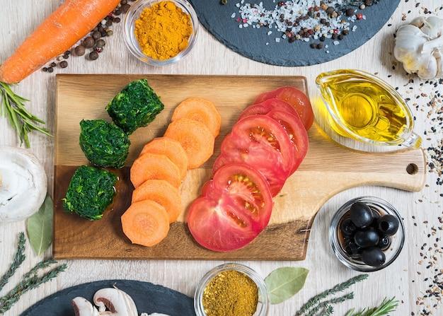 Lebensmittelzutaten zum kochen kulinarischer gerichte gemüse auf einem holzbrett geschnitten
