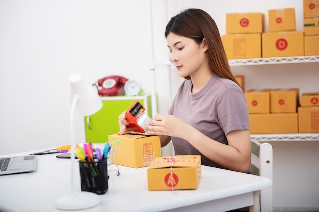 Lebensstil der neuen generation des jungen unternehmers, der laptop für online-geschäft verwendet