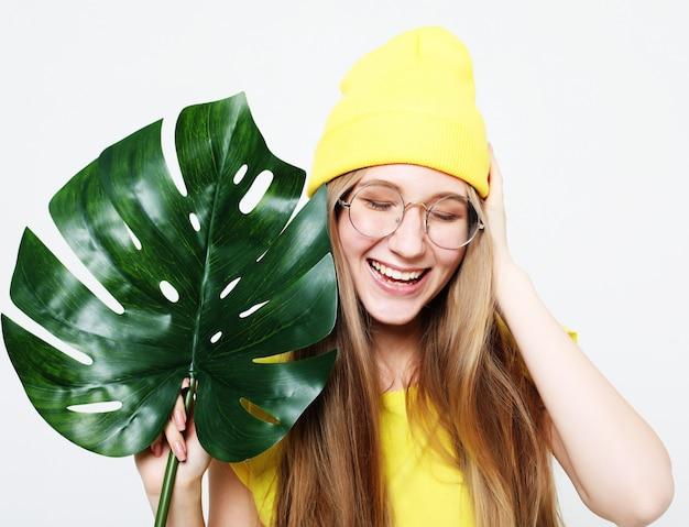 Lebensstil, gefühl und leutekonzept: lächelnde schöne frau