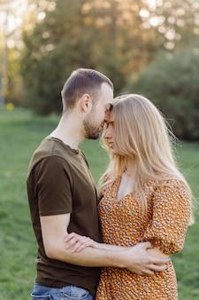 Lebensstil, glückliches paar, das an einem sonnigen tag im park spielt