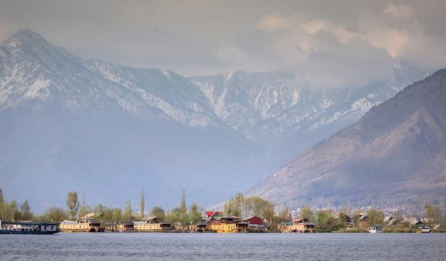 Lebensstil in dal see, hausboot entlang dem dal see und gebirgshintergrund