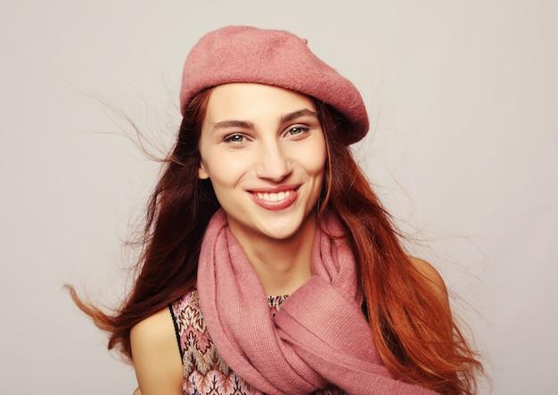 Lebensstil, schönheit und leutekonzept: schönheit redhair mädchen, das rosa barett trägt