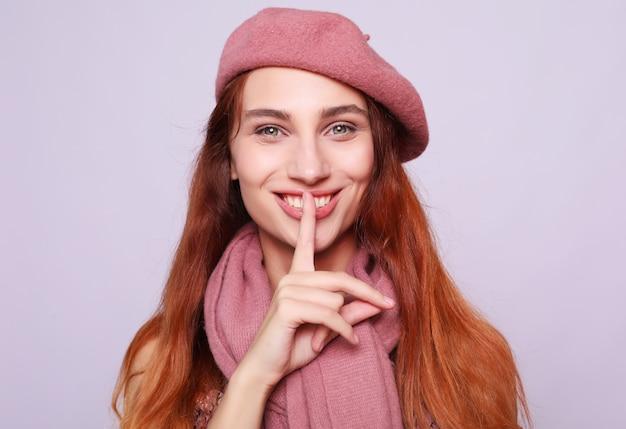 Lebensstil-, schönheits- und personenkonzept: schönheits-rothaar-mädchen, das rosa baskenmütze trägt