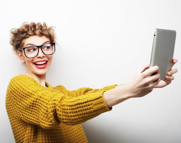 Lebensstil, technologie und menschenkonzept: fhappy teenager-mädchen mit brille mit tablet-pc-computer