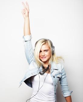 Lebensstil und menschenkonzept: hübsches junges mädchen hört gerne musik