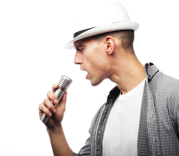 Lebensstil- und menschenkonzept: junger sängermann mit mikrofon