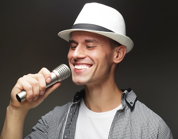 Lebensstil und personenkonzept: junger sänger mann mit mikrofon