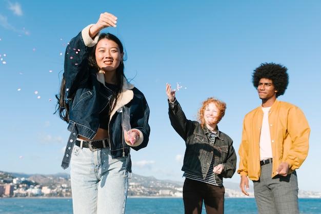Lebensstil von jungen freunden draußen