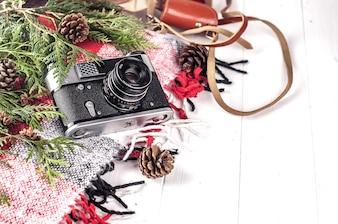 Lebensstil-Wesensmerkmale der Objekte von oben Retro Vintage Filmkamera und eine Decke.