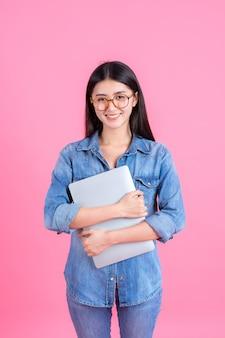 Lebensstilgeschäftsleute, die laptop-computer auf rosa verwenden