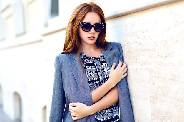 Lebensstilporträt der frau, tragendes elegantes glamourjackenkleid und vintage-sonnenbrille, getönte warme farben, positive stimmung.