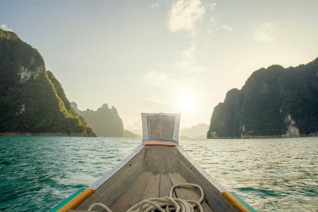 Lebensstilreisend-urlaubsreise auf der bootsansicht, die vorwärts in die andamanensee schaut