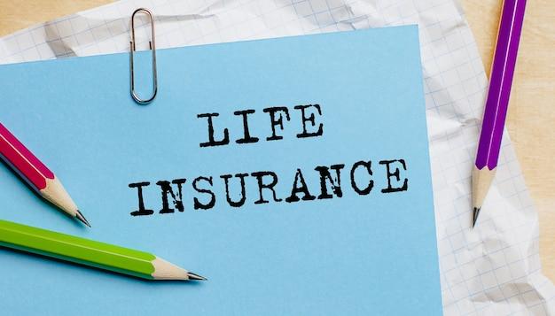 Lebensversicherungstext geschrieben auf einem papier mit stiften im büro