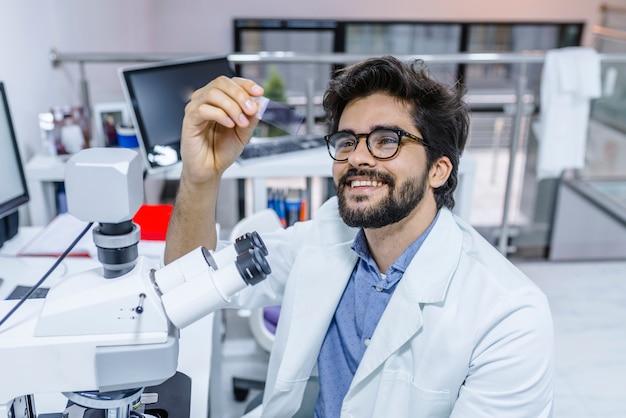 Lebenwissenschaftler, der im labor erforscht