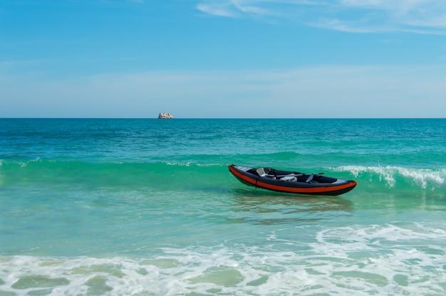 Lebhafte frische helle colorfull schöne natur und gummiboot im meer
