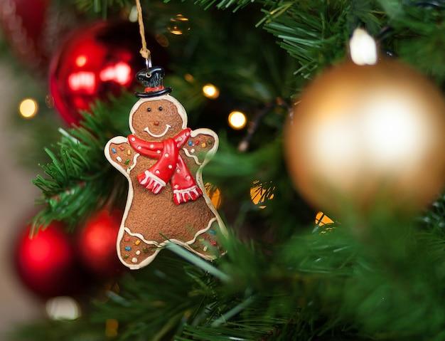 Lebkuchen, der am weihnachtsbaum hängt