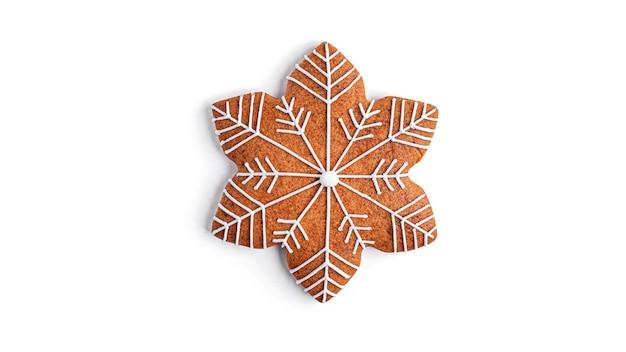 Lebkuchen in der form einer schneeflocke auf einem weißen hintergrund. hochwertiges foto