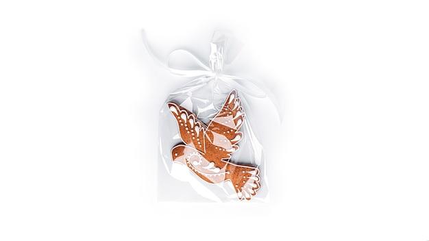 Lebkuchen in der form eines vogels auf einem weißen hintergrund. hochwertiges foto