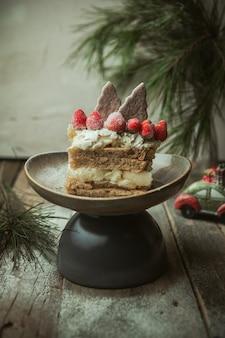 Lebkuchen-kuchen mit keksen und erdbeeren dekoriert