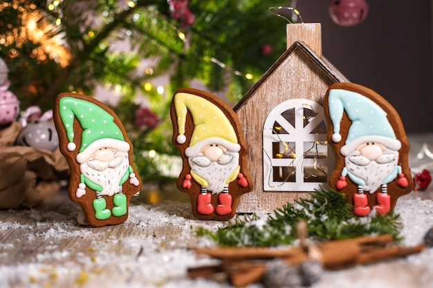 Lebkuchen-märchen-zwerge in gemütlicher deko mit girlanden-lichtern