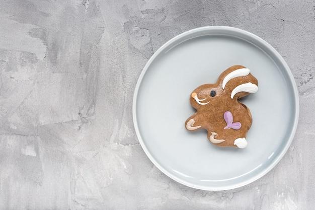 Lebkuchen-osterhasen-keks auf einem plat