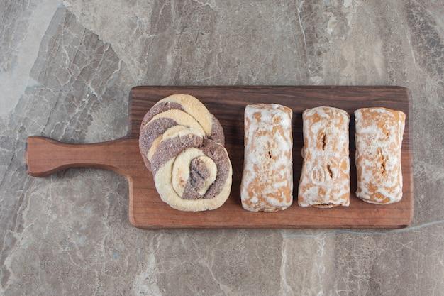 Lebkuchen und hausgemachte kekse auf einem brett auf marmor.
