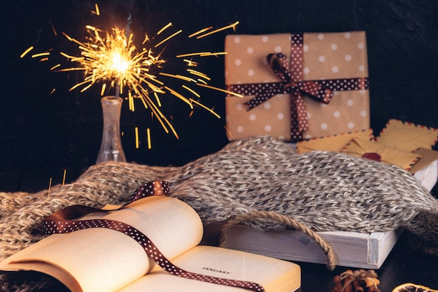 Lebkuchen-weihnachtsbaumkekse, geöffnetes buch mit der aufschrift auf der seite januar