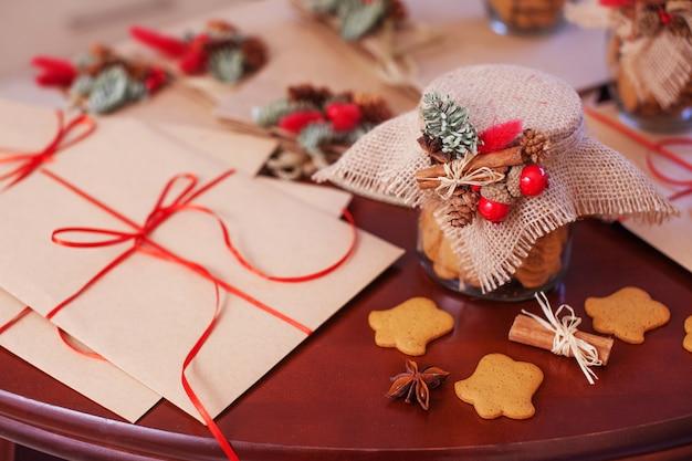 Lebkuchen-weihnachtsplätzchen im glasgefäß. weihnachtsgeschenke und dekor hautnah. neujahrs- und weihnachtskarte.